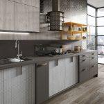 серая кухня с деревянным полом