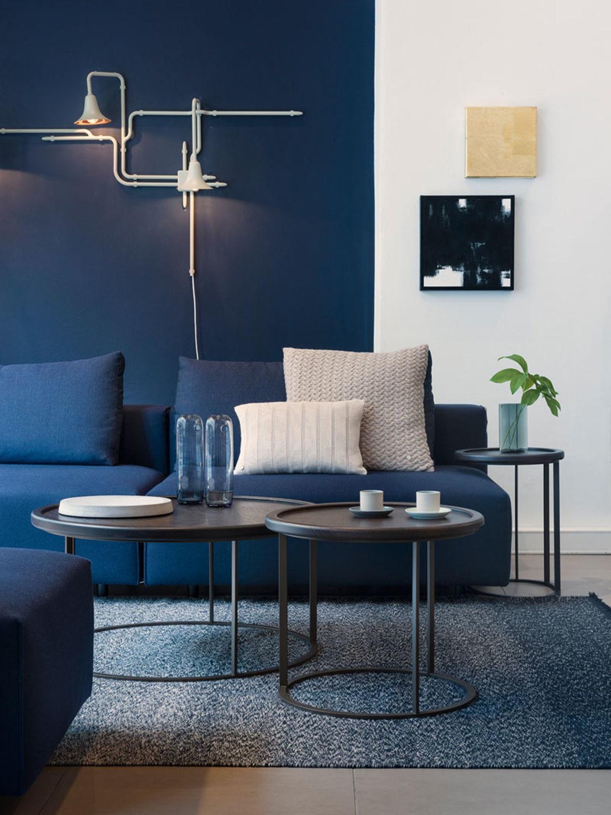 сочетание синего дивана
