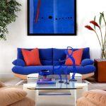 синий диван с красным