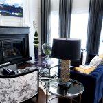 синий диван с лампой
