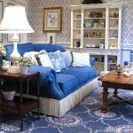 синий диван с бахромой