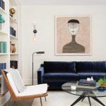 синий диван темный плюшевый
