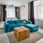синий диван с кубом