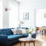 синий диван с вазой