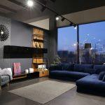 синий диван с ковром