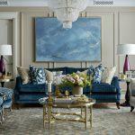 синий диван с большой люстрой