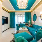 синий диван с телевизором