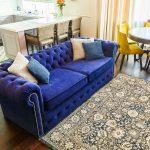 синий диван с бежевым