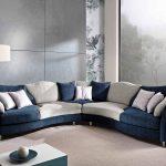 синий диван с белыми подйшами