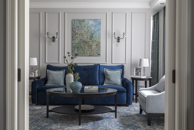 синий диван в гармоничном интерьере