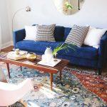 синий диван с белым