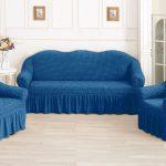 синий диван с рюшами