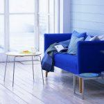 синий диван яркий