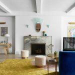 синий диван с камином