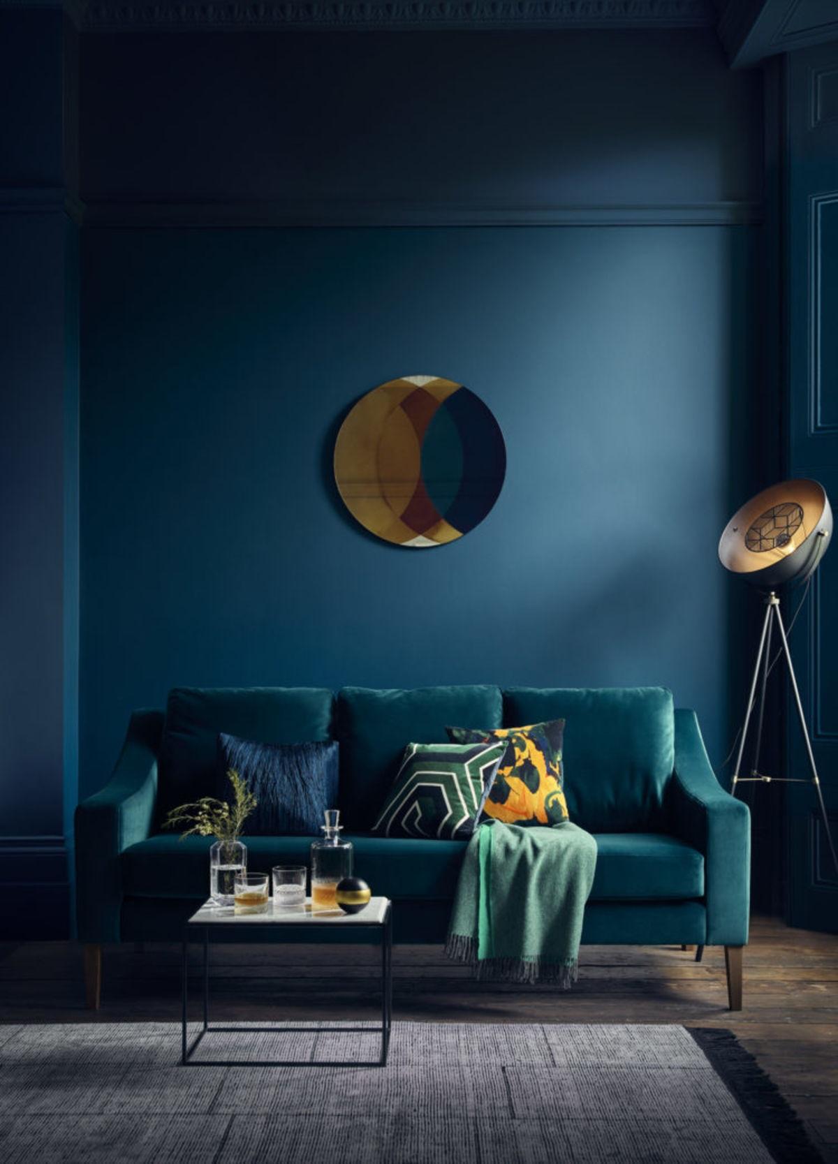 синий диван в темном помещении
