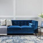 синий диван с валиком