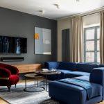синий диван с красным креслом