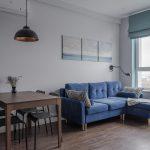 синий диван с коричневым столом