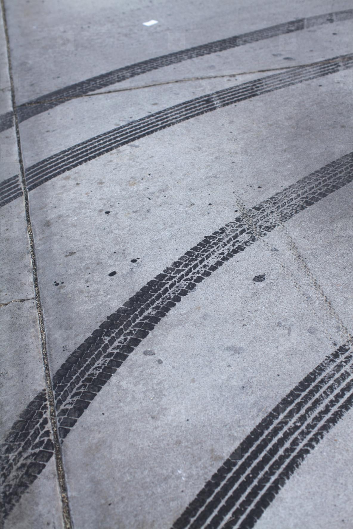 следы от покрышек велосипеда на линолеуме