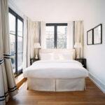 кровать изголовьем к окну фото идеи