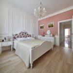 спальня со светлой мебелью декор фото