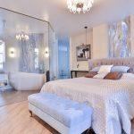 спальня со светлой мебелью интерьер фото