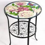 стеклянный стол с цветами