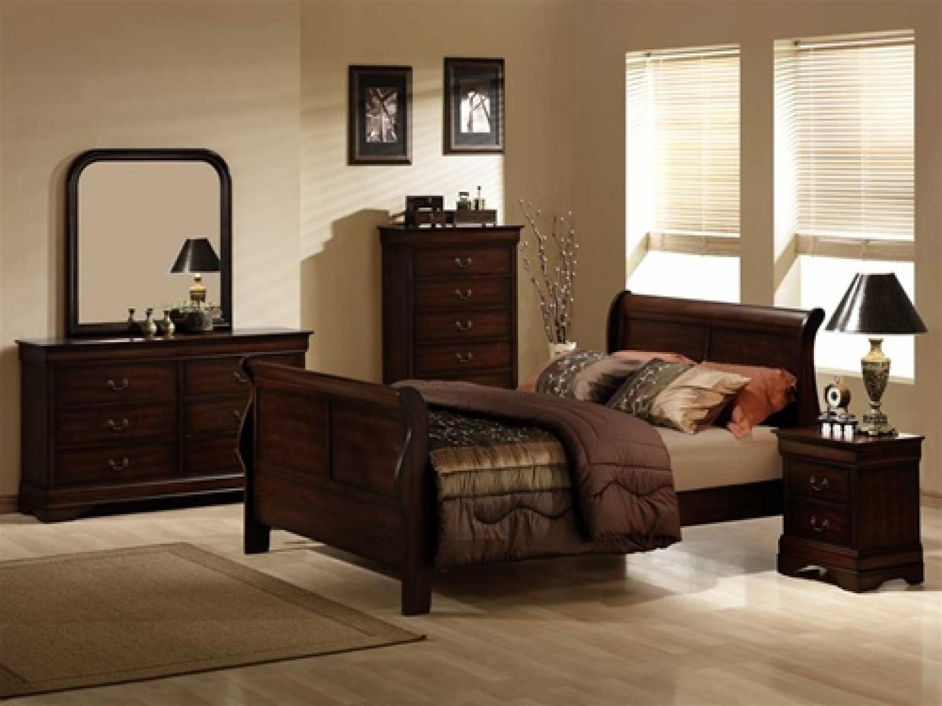 темная мебель со светлыми стенами