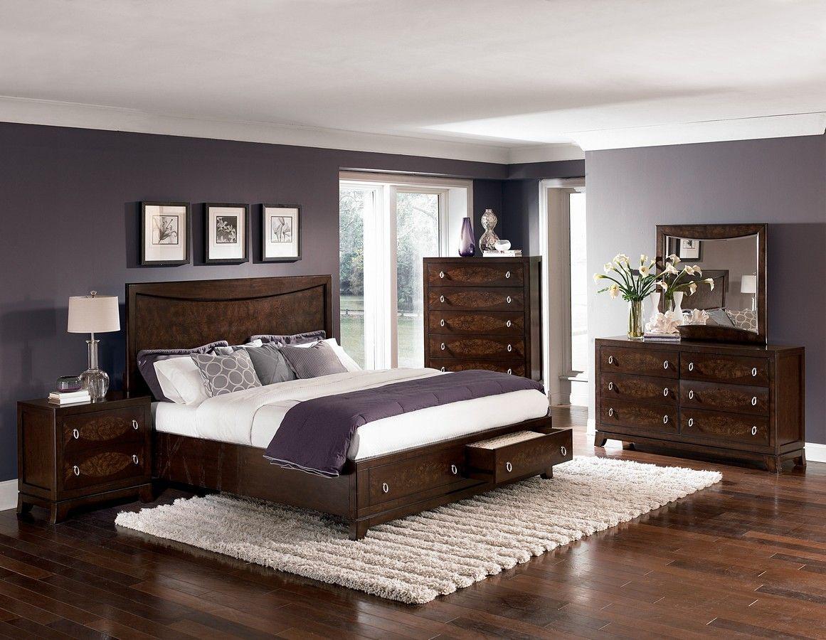 темная мебель в большой спальне