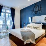 пример темной мебели с синими стенами
