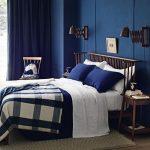 темно синии стены в спальне с темной мебелью
