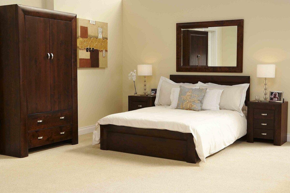 темная мебель в светлой спальне