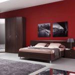 темная мебель с красными обоями
