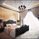 черная кровать со светлыми стенами