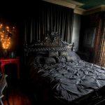 пример темной готической спальни