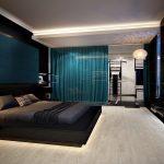 спальня с темной белью и синими шторами
