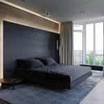 прямоугольная светлая спальня с темной кроватью