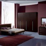 темно-бордовая мебель в спальне