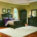 темно-зеленная мебель в спальне