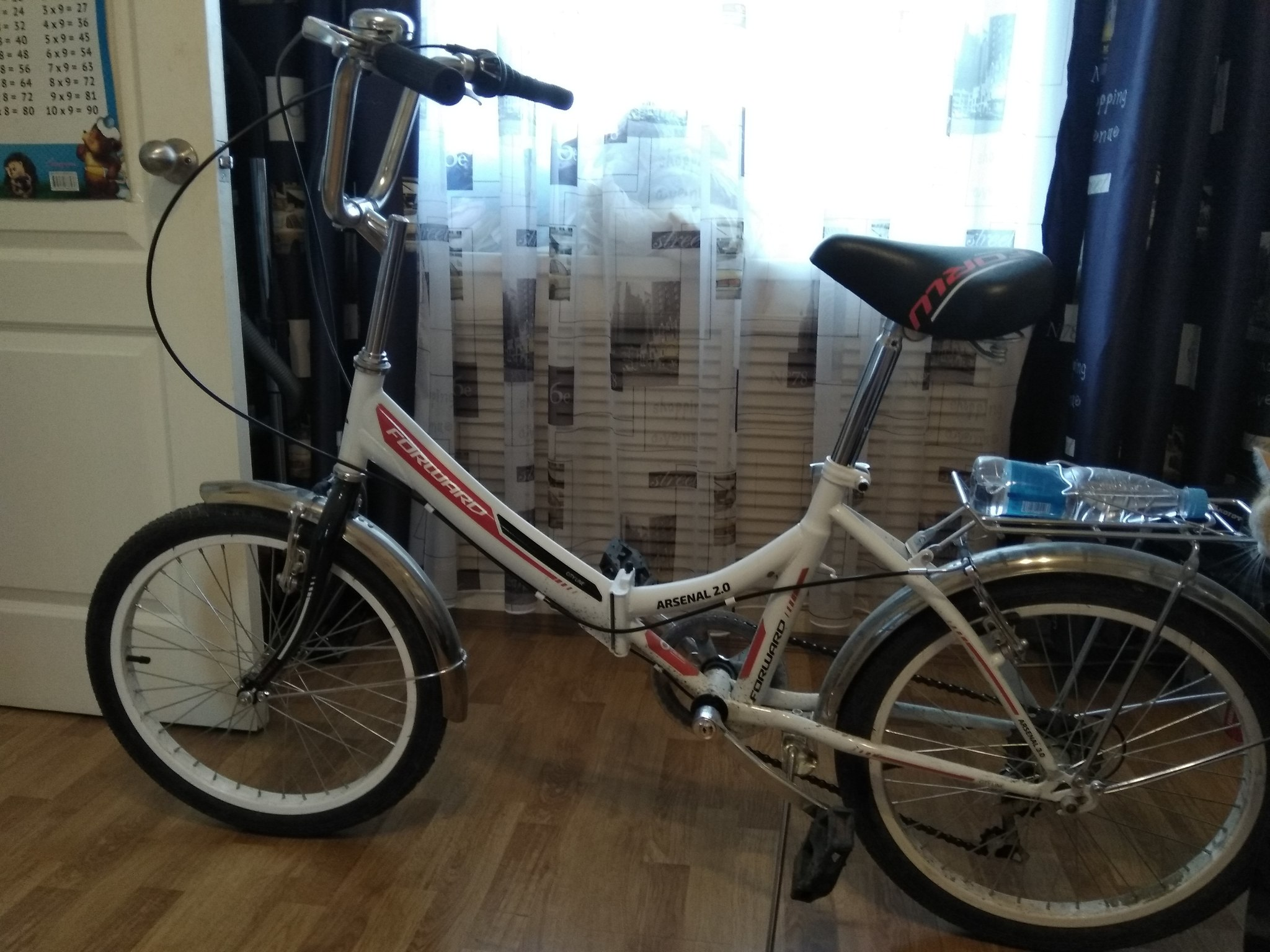 велосипед на линолеуме