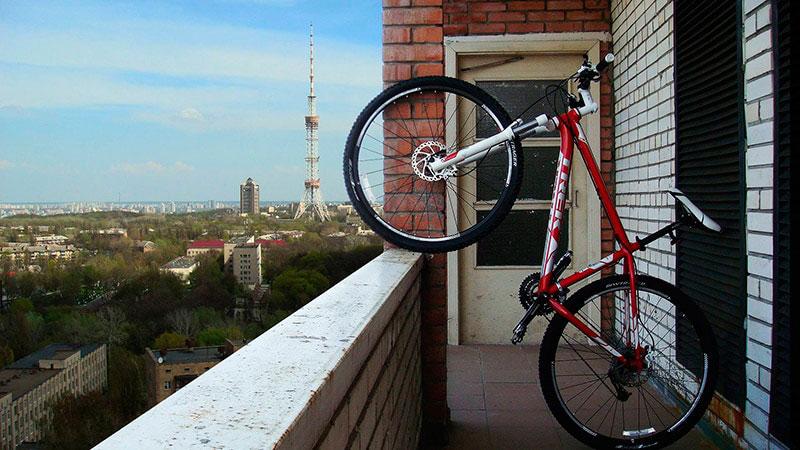 велосипед на маленьком балконе