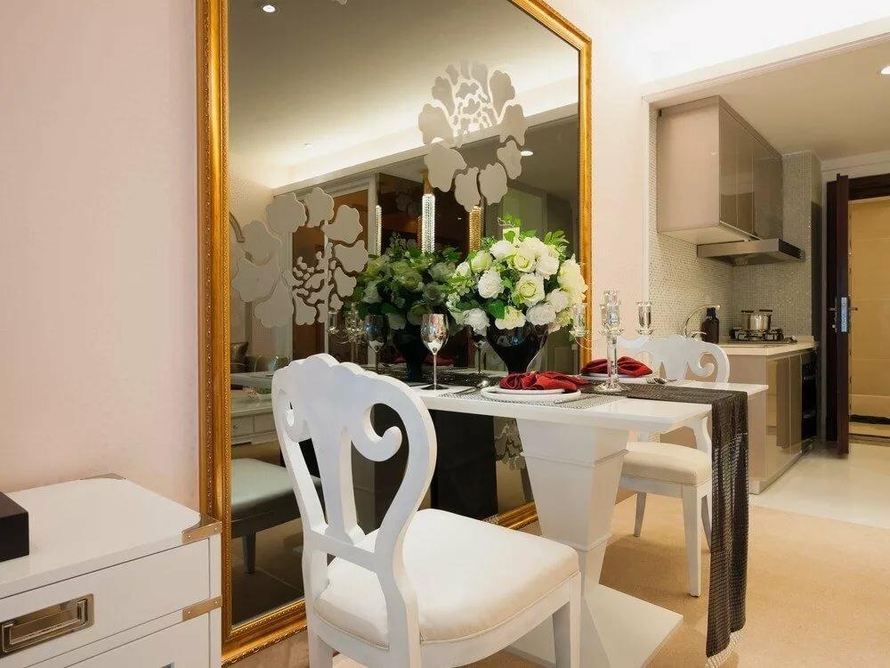 зеркало возле стола на кухне