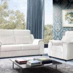 белый кожаный диван с синей штоорой