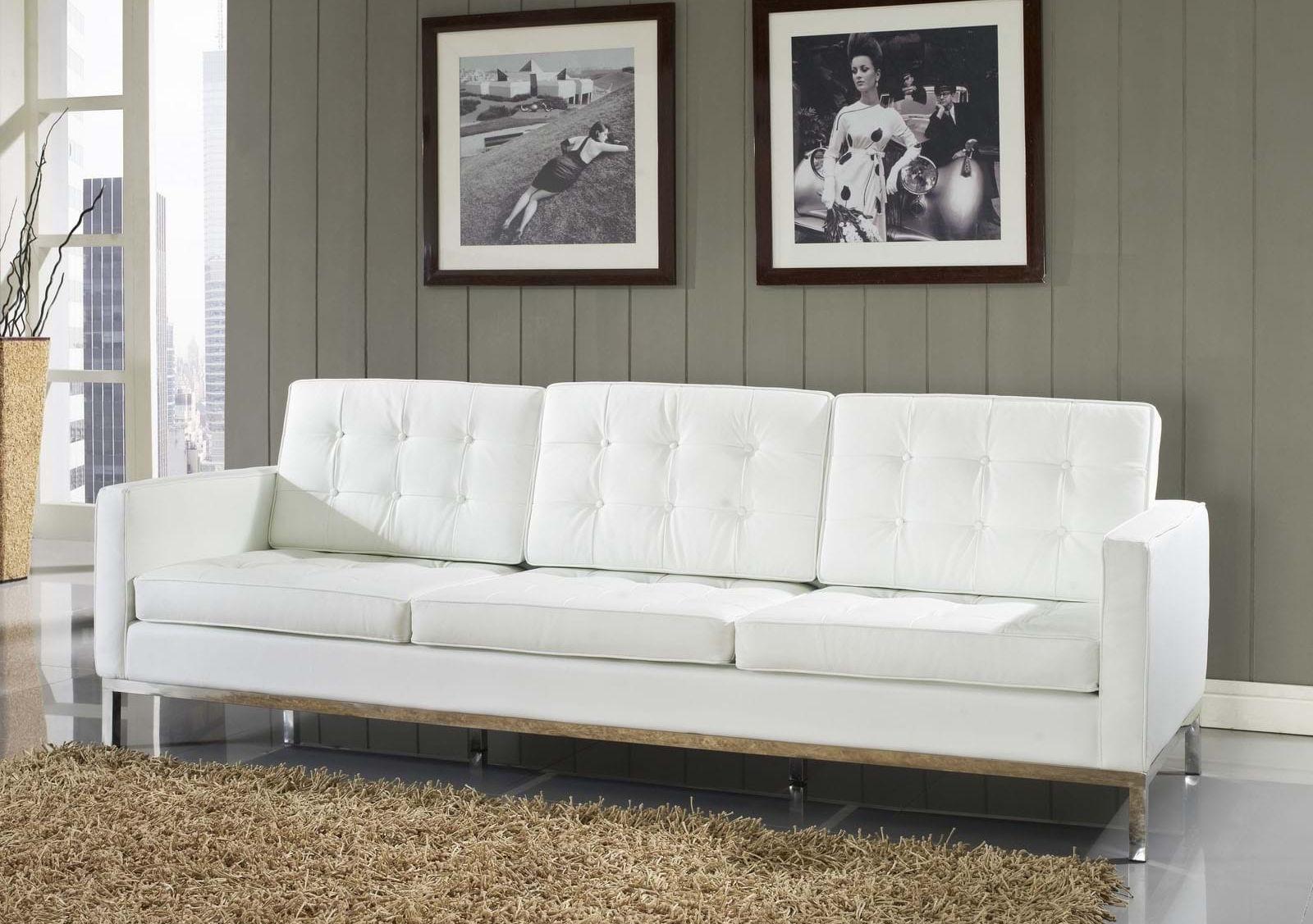диван белый у стены