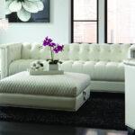 белый кожаный диван с орхидеей