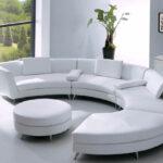 белый кожаный диван полукруглый с растением