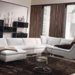 белый кожаный диван с коричневыми шторами