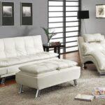 белый кожаный диван с длинным пуфом