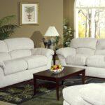 белый кожаный диван с лампой