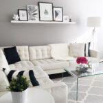 белый кожаный диван с черной подушкой